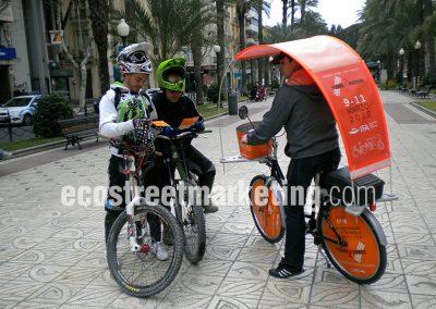 Bicicleta con publicidad buscando público objetivo